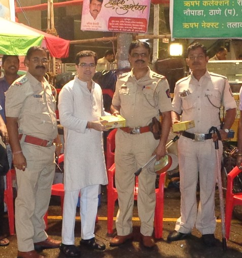 kedar-dighe-and-officers-of-maharashtra-police-on-duty-for-ganesh-visarjan
