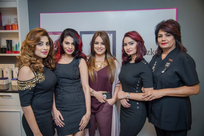Actress Mahima Chaudhry (in between) with Pammy Kaul, creative head, Headmasters (extreme right ) and models at the opening of Headmasters.jpg